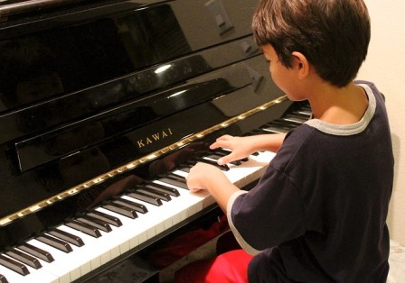ピアノをひく少年
